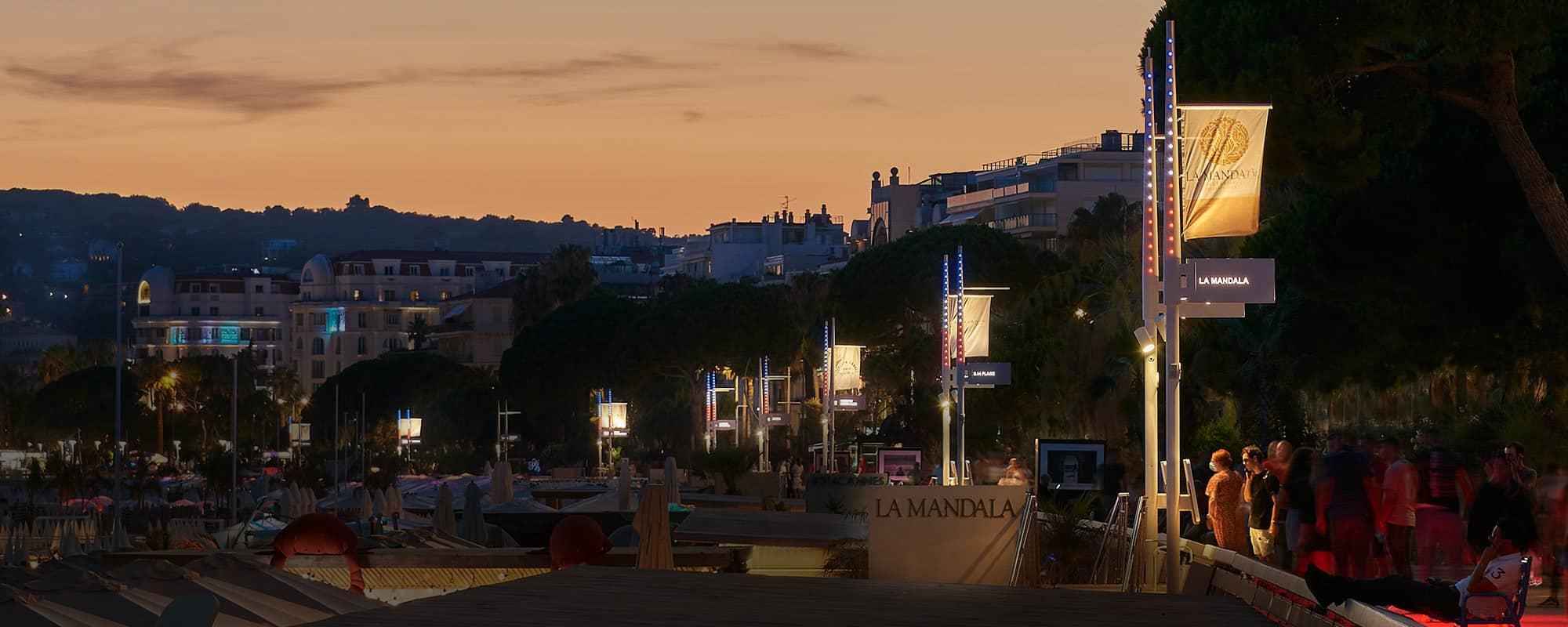 Photo de la baie de Cannes, La Croisette équipée des mâts plurifonctionnels